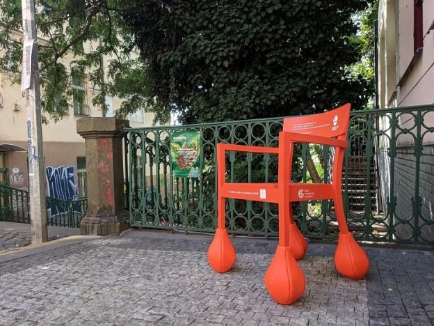 Oranžová židle edukuje_Nuselské schody